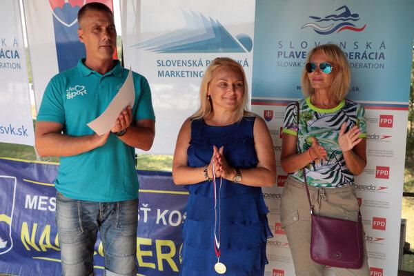 Vtedajší viceprimátori Martin Petruško a Renáta Lenártová (na snímke vpravo) spolu so starostkou Lenkou Kovačevičovou počas plaveckého podujatia Jazerná desiatka v auguste 2018.