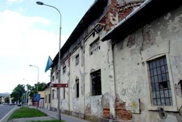 Tu sa kedysi vyrábal svietiplyn. Na rozpadajúcu sa budovu na Štefánikovej triede nás upozornil čitateľ Milan Drozda.