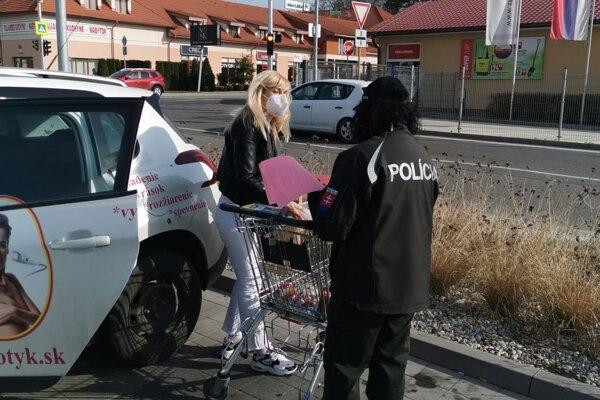 Policajti upozorňovali ľudí pred nákupnými strediskami.