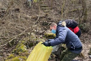 Aktivisti upratovali cintorín. Medzi odpadkami našli aj antigénové testy či pneumatiky.