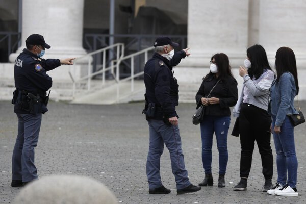 Talianska polícia kontroluje dodržiavanie opatrení proti koronavírusu.
