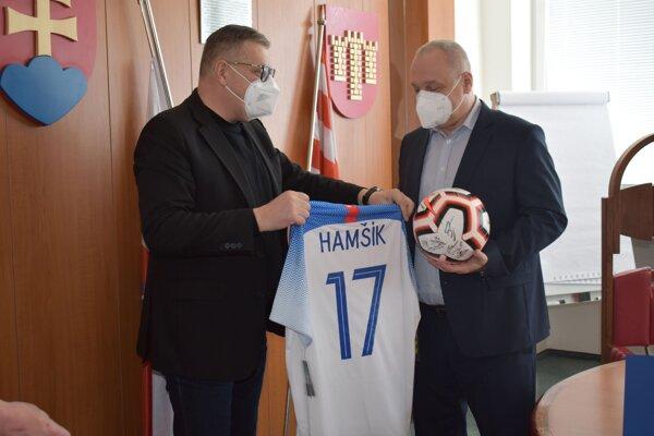 Ján Kováčik (vľavo) odovzdáva pamätný dres primátorovi Považskej Bystrice Karolovi Janasovi.