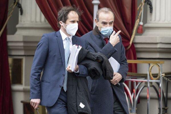 Námestník výkonného generálneho tajomníka EÚ pre vonkajšie vzťahy (EEAS) Enrique Mora s ochranným rúškom (vpravo) odchádza z hotela Grand Hotel Wien, kde za zatvorenými dverami pokračujú nukleárne rozhovory s Iránom vo Viedni 6. apríla 2021. Diplomati z Číny, Nemecka, Ruska, Francúzska a Británie budú rokovať so zástupcami Iránu o oživení tzv. jadrovej dohody z roku 2015, ako aj možnom návrate USA k tejto dohode.