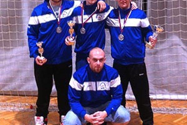 Juniori na Dunajskom pohári, zľava Novák, Koniar, Molnár ml., v pokľaku Marek.