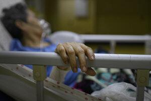 Pacientka s covidom v nemocnici v Caracase - ilustračná fotografia.