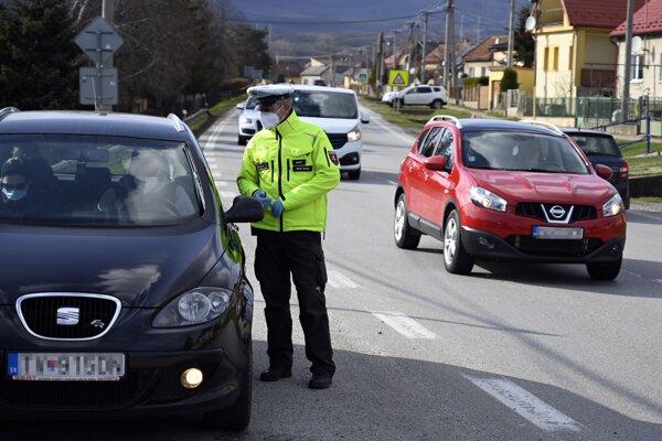 Polícia počas veľkonočných sviatkov zintenzívnila kontroly.