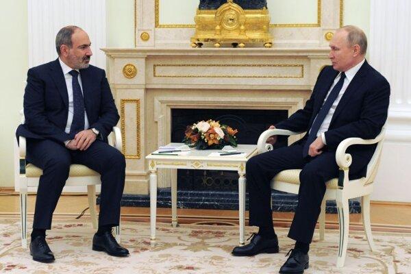Arménsky premiér Nikol Pašinjan na stretnutí s ruským prezidentom Vladimirom Putinom.