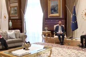 Leyenová na pohovke. Kreslá boli len pre Michela a Erdogana.