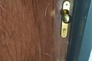 Dvere do bytu sú po častých hádkach poškodené.