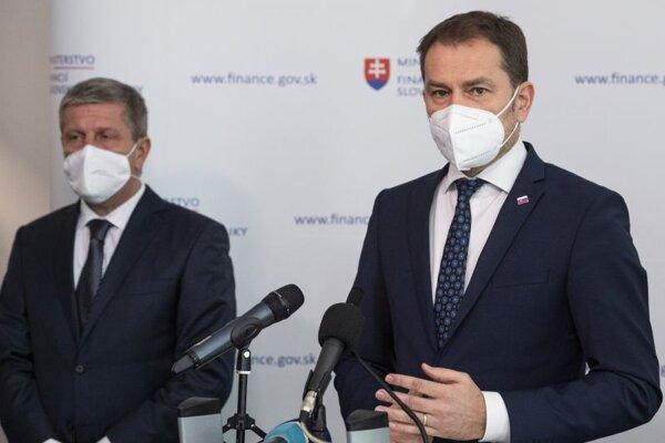 Zľava minister zdravotníctva SR Vladimír Lengvarský a podpredseda vlády a minister financií SR Igor Matovič počas tlačovej konferencie po návrate ministra financií z Moskvy.