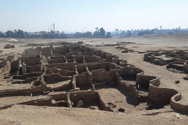 Steny obytnej a administratívnej štvrte, ktorých objav oznámili egyptológovia vo štvrtok.
