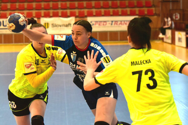 V modrom drese Olívia Ščípová.