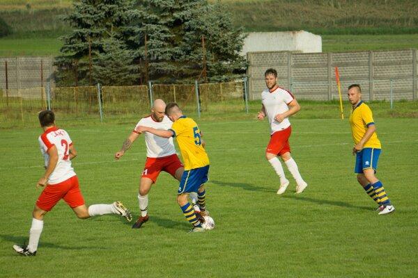 Mário Kubiš a ďalší traja hráči bonzovali na svojich spoluhráčov z Látok (v bielych dresoch) - ilustračné foto
