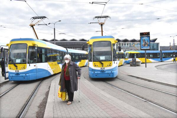 Štrajk prebehol pokojne aj na Staničnom námestí, prekvapil len zopár cestujúcich.