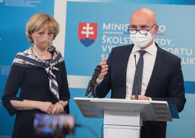 Hlavná odborníčka ministerstva zdravotníctva pre všeobecnú starostlivosť o deti a dorast Elena Prokopová a minister školstva Branislav Gröhling.