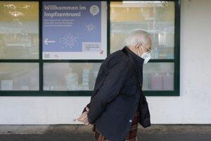 Muž vychádza z očkovacieho centra vo Viedni.