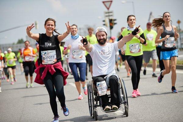 Na štarte sa stretnú zdraví bežci s vozíčkármi.