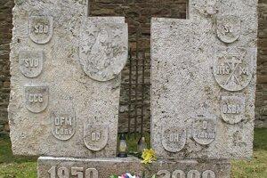 Pamätník internovaným rehoľníkom na nádvorí kláštora redemptoristov v Podolínci.