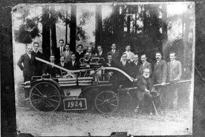 Dobrovoľný hasičský zbor v Rakove má bohatú históriu, táto fotka pochádza z roku 1924. To malo Československo len šesť rokov.