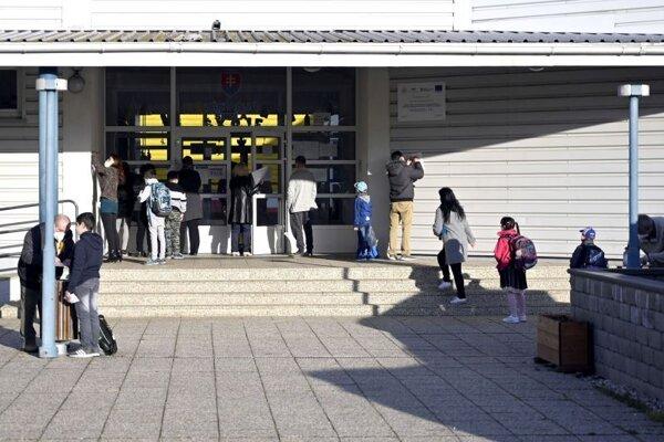 Žiaci prichádzajú do Základnej školy v Michaľanoch v okrese Trebišov.