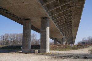 Nový Lužný most cez rieku Dunaj, ktorý je súčasťou obchvatu Bratislavy a diaľnice D4.
