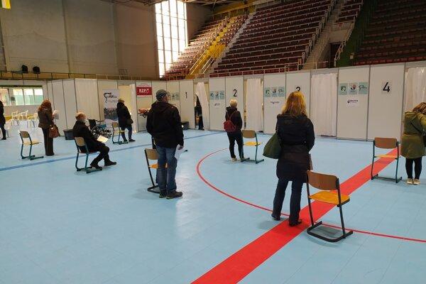 Veľkokapacitné očkovacie centrum v Prievidzi je v priestoroch zimného štadióna.