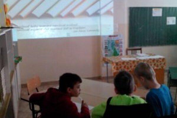Deti čítajú málo. V Zlatých Moravciach ich má nová knižnica na čítanie navyknúť. Majú tak šancu lepšie zvládnuť testovanie deviatakov, kde časť testov pozostáva z práce s textami.