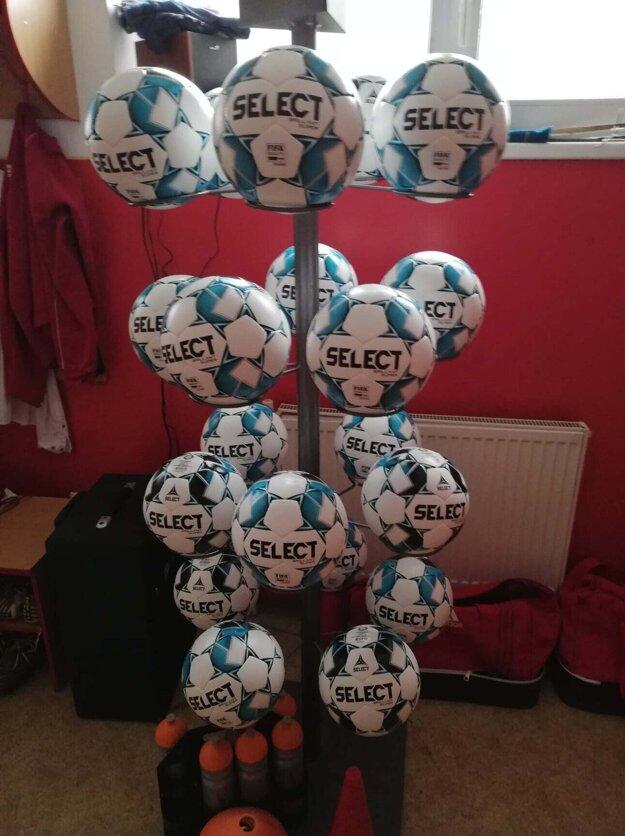 Nové futbalové lopty v Partizánskom.