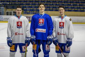Zľava Šimon Nemec, Juraj Slafkovský a Samuel Kňažko počas tréningu slovenskej hokejovej reprezentácie.