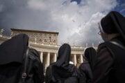 Mníšky počúvajú prejav Františka na námestí Svätého Petra.