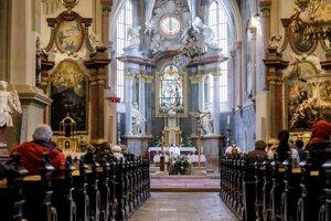 Od pondelka je opť možné - aj keď s obmedzenou návštevnosťou - sláviť bohoslužby v kostoloch aj s účasťou veriacich.