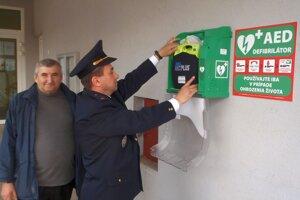 Montáž defibrilátor na budovu obecného úradu.