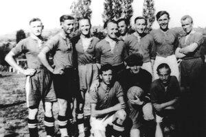 """PRVÍ FUTBALISTI. Začiatkom tridsiatych rokov si vBošáci aj futbal získal svojich priaznivcov. Vsezóne 1939/40 sa podarilo ihrisko vybudovať """"na Močároch""""."""