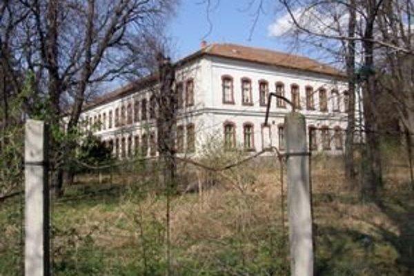 Pohľad na jednu z budov v areáli kasární od Chrenovskej ulice.