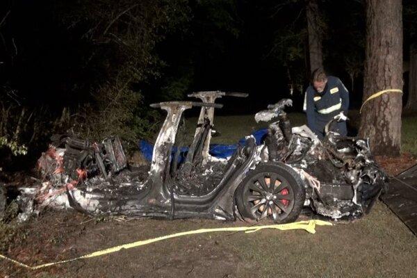 Nehoda auta bez vodiča si vyžiadala dva životy.