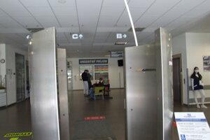 Dezinfekčná brána v liečebnom pavilóne, pred urgentom.