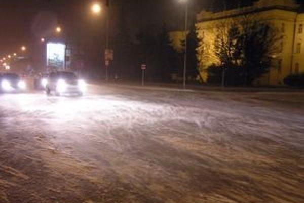 Štúrova ulica v Nitre. Vietor na nej vytvára záveje.