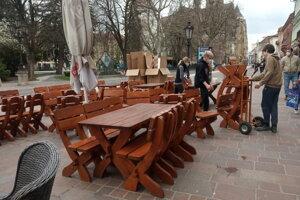 Niektoré terasy v centre v Košiciach boli pripravené už v piatok napoludnie.