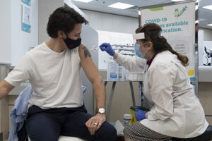 Kanadský premiér sa dal zaočkovať vakcínou AstraZeneca