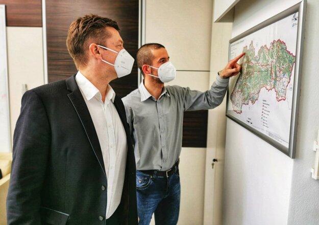 Jozef Mozol (vpravo), poradca ministra dopravy pre región Kysúc aminister dopravy Andrej Doležal .