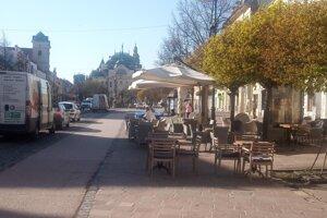 Pohľad na Hlavnú ulicu v Košiciach. V pondelok ráno tam stálo viacero zásobovacích áut, terasy čakali na prvých zákazníkov.