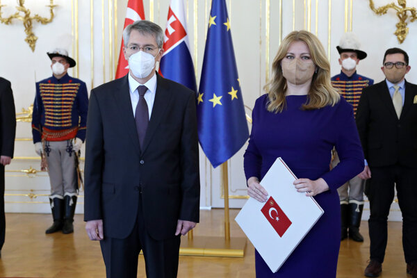 Nový veľvyslanec Tureckej republiky na Slovensku Yunus Demirer a prezidentka SR Zuzana Čaputová.