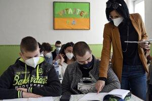 Stredoškoláci v Košiciach sa vrátili v utorok do lavíc.