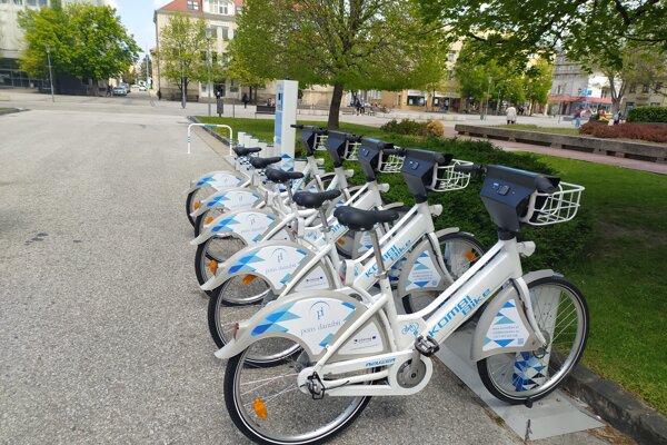 V Nových Zámkoch testujú zdieľané bicykle. Jediné stanovište je pred mestským úradom.
