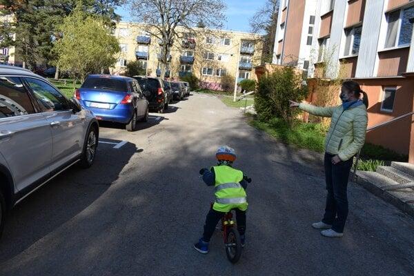 Obyvatelia SDH 10 a 12 v Prešove zakreslením pozdĺžneho parkovania prišli o miesta pre svoje osobné autá.