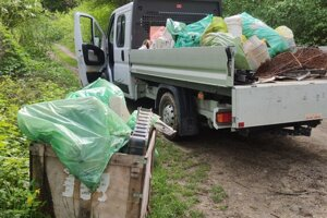 Odpad sa zbiera z vody aj z brehov, takto to vyzeralo minulý rok.