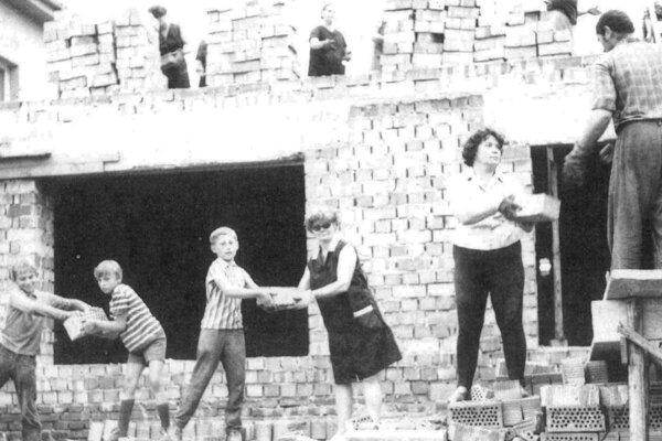 Svojpomocne si občania postavili kultúrny dom, dom smútku, oplotenie cintorína i šatne na futbalovom ihrisku. Takto brigádovali na stavbe kultúrneho domu.