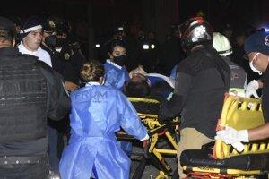 Prevoz zranenej osoby po kolapse metra v Mexico City.