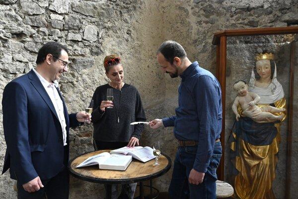 Na snímke zľava starosta obce Beckov Daniel Hladký, herečka Lucia Vráblicová a riaditeľ hradu Beckov Peter Pastier počas krstu nahrávky povesti, 1. mája 2021 na hrade Beckov.