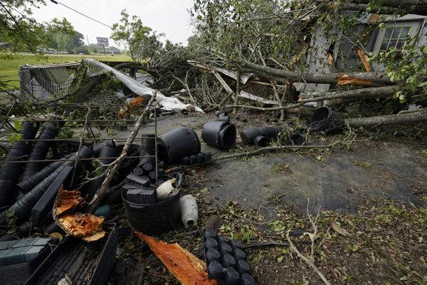 Trosky po tornáde v oblasti Yazoo v Mississippi.